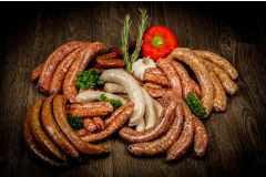 Das yourbeef Mega-Wurst-Paket: Picanto (Don Marco's), Bacon Goodness (Udenheim BBQ), Tobias Süße (tobiasgrillt.de), yourbeef Rostbratwurst, Mediterrane (Udenheim BBQ), Merguez und Salsiccia